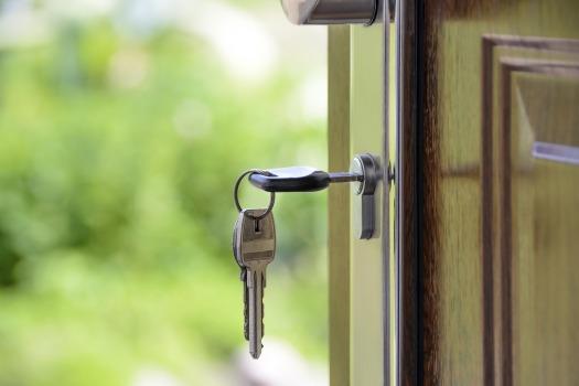Keys in House Door_Pixabay 1407562_1920